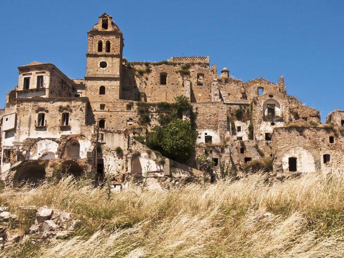 Le village de Craco en Italie est l'un des lieux abandonnés dans le monde.