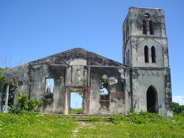 Parmi les lieux abandonnés dans le monde on retrouve l'église de Falealupo à Samoa.