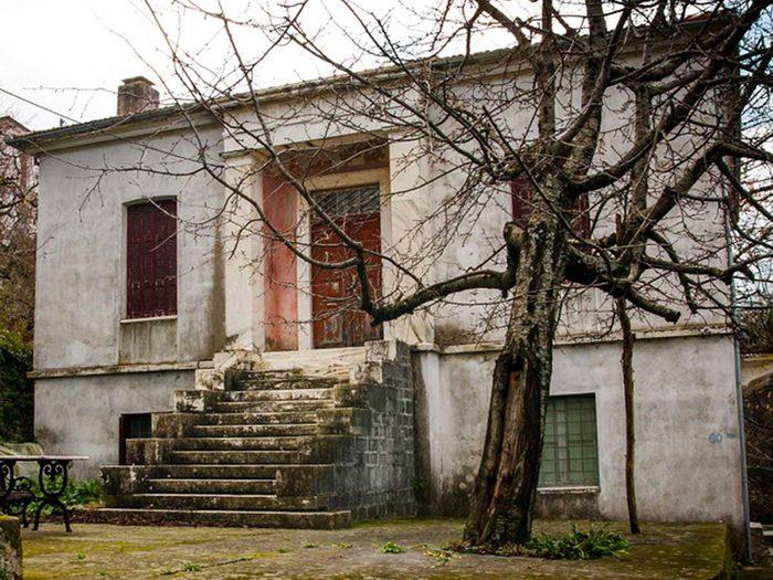 Cette maison en Grèce aurait bien besoin d'être restaurée.