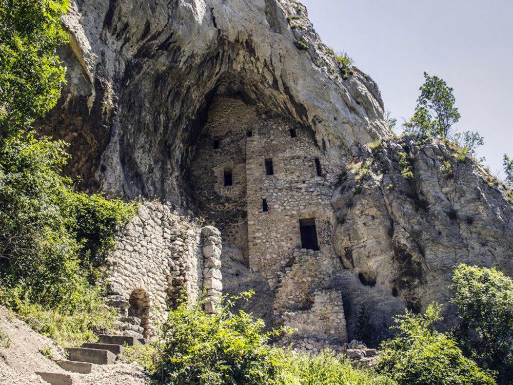 Le monastère de l'Annonciation du mont Rudnik en Serbie est l'un des lieux abandonnés dans le monde.