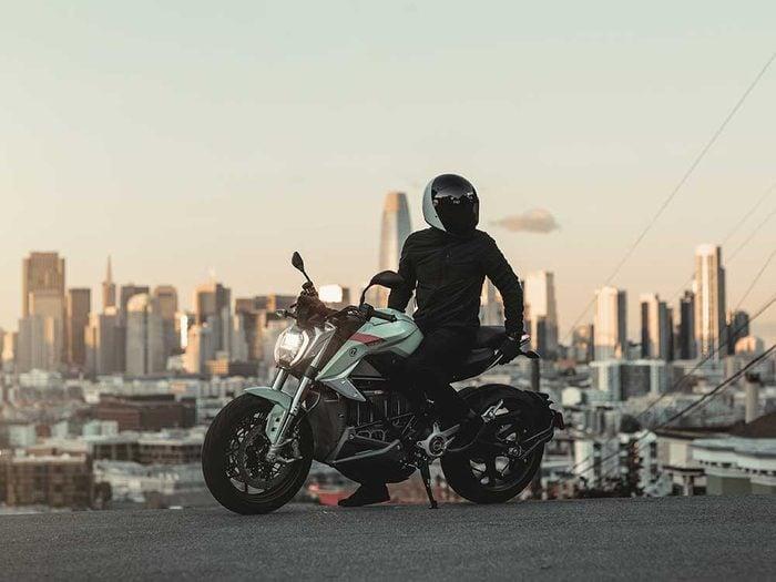En plus des voitures électriques il existe des modèles de motos électriques.