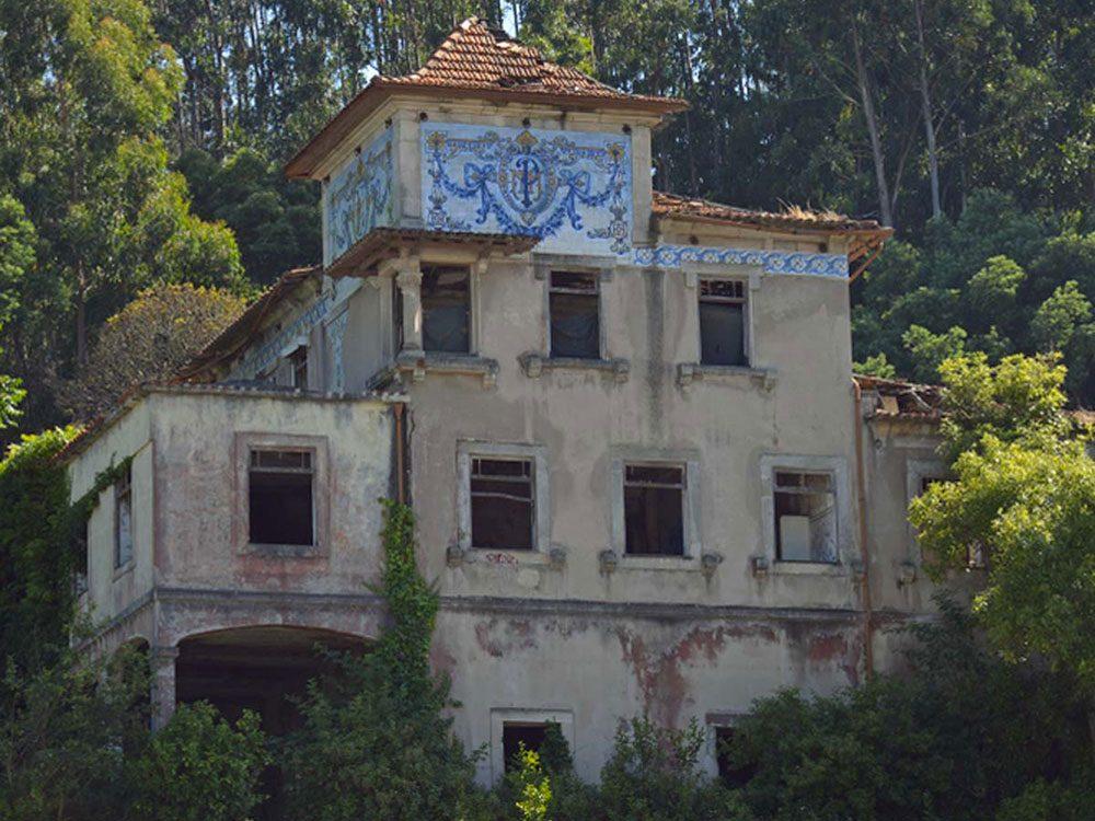 Les châteaux abandonnés de Porto au Portugal.
