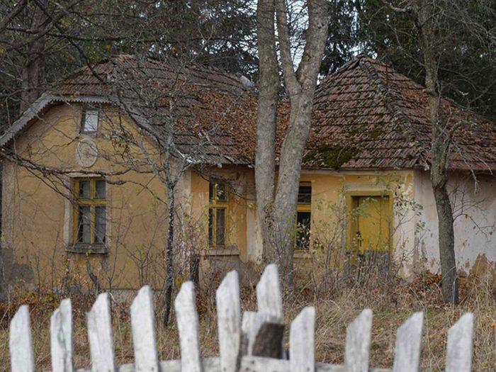 Cette maison abandonnée vers le lac Vlasina en Serbie aurait bien besoin d'être restaurée.