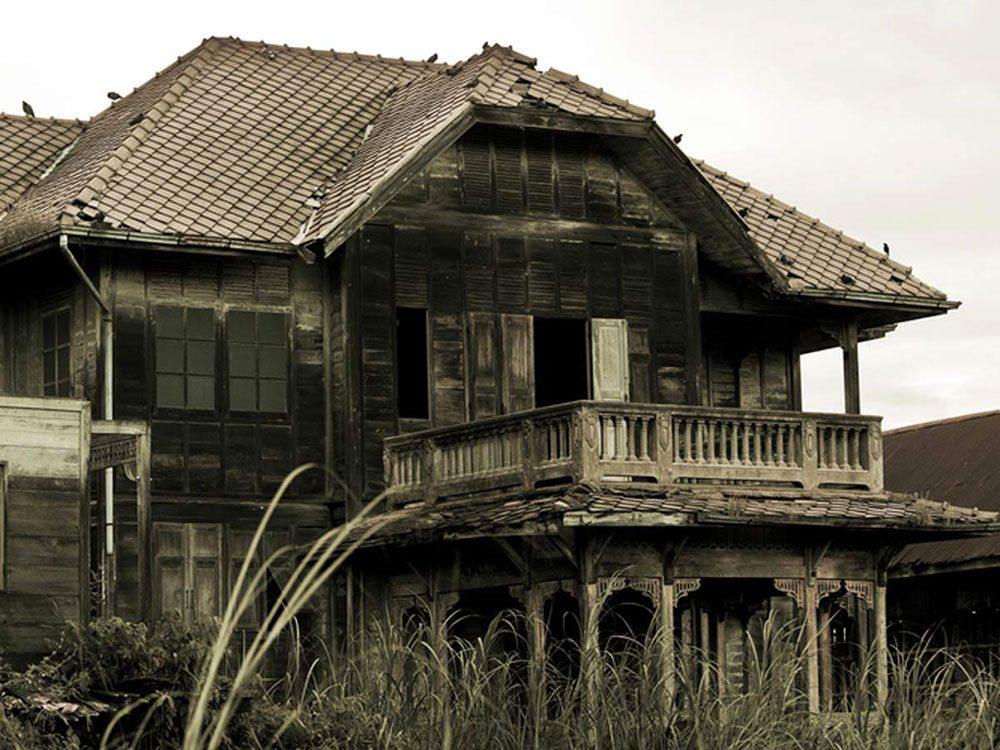 Cette mystérieuse maison en Thaïlande aurait bien besoin d'être restaurée.