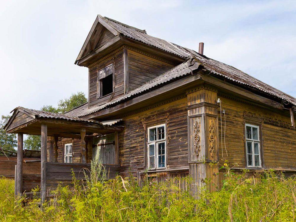 Cette maison abandonnée au style traditionnel russe aurait bien besoin d'être restaurée.