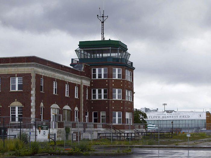 Parmi les lieux abandonnés dans le monde on retrouve l'aéroport Floyd Bennett Field à New York.