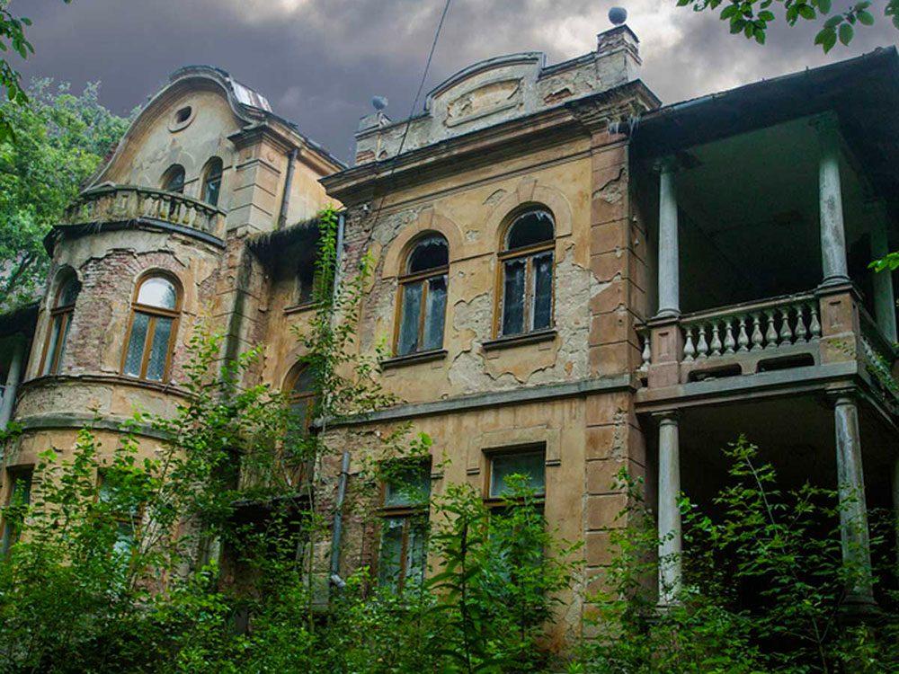 La résidence abandonnée qui en impose aurait bien besoin d'être restaurée.