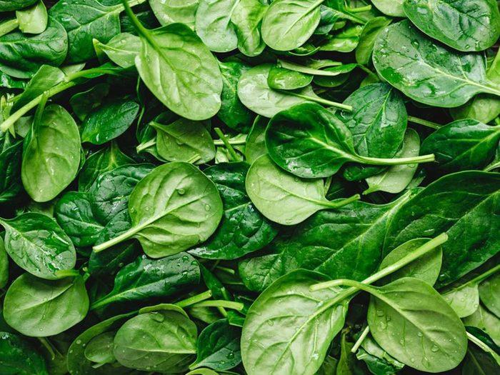 Les épinards font partie des aliments riches en antioxydants.