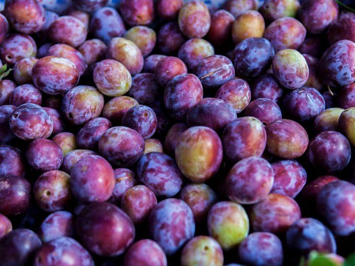 Les prunes noires font partie des aliments riches en antioxydants.