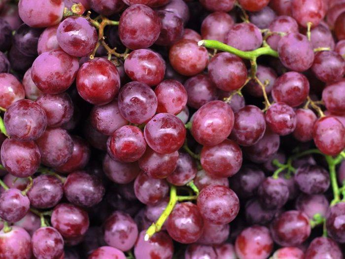 Les raisins rouges font partie des aliments riches en antioxydants.