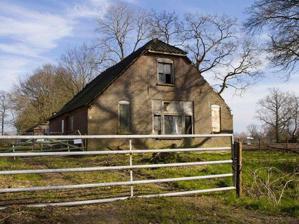 Cette maison abandonnée dans la campagne hollandaise aurait bien besoin d'être restaurée.