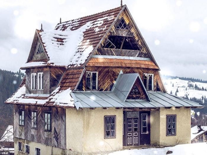 Le chalet de ski montagnard abandonné aurait bien besoin d'être restaurée.