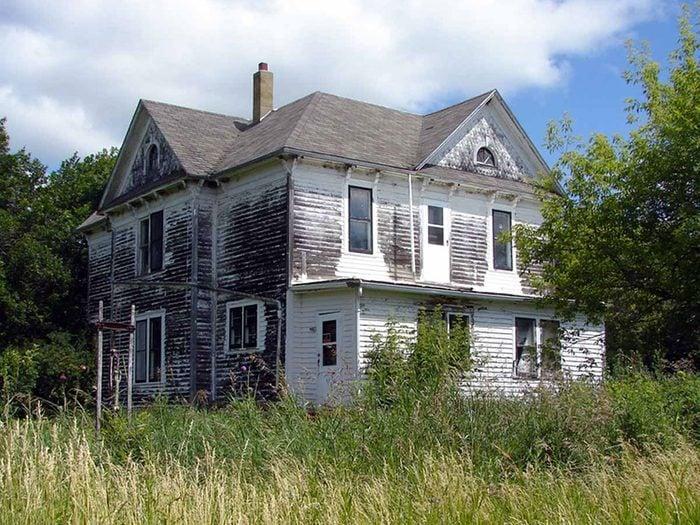 Cette maison abandonnée au charme campagnard aurait bien besoin d'être restaurée.
