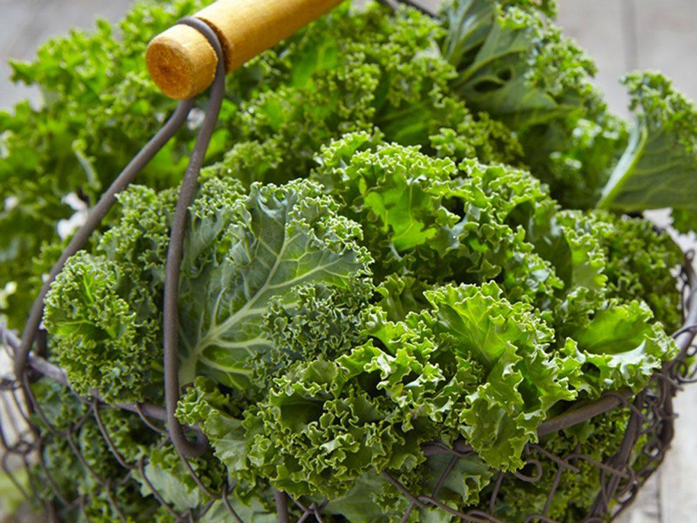 Les légumes feuillus comme le chou kale peuvent améliorer votre transit intestinal.