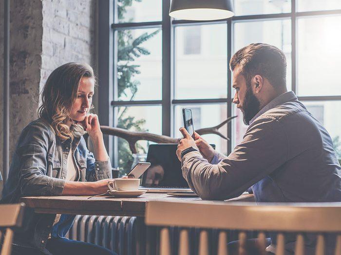 Art du dialogue : peut-on interrompre un tête-à-tête pour lire un texto?