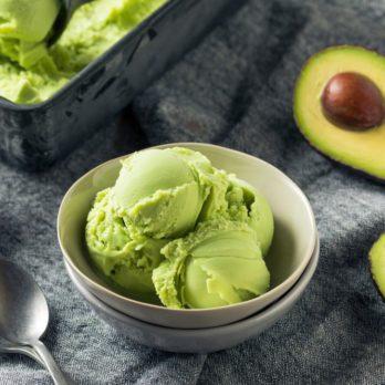 Crème glacée végétalienne à l'avocat et aux brisures de chocolat