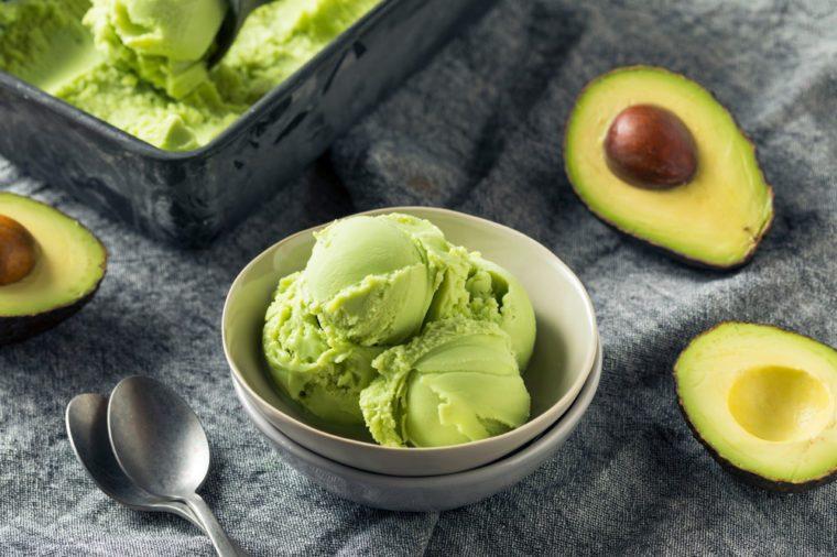 Délicieuse crème glacée végétalienne à l'avocat.