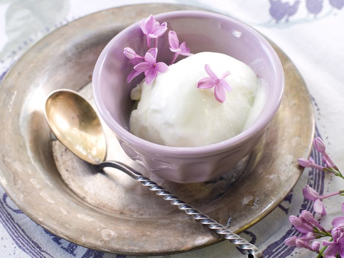 Délicieuse crème glacée végétalienne à la lavande.