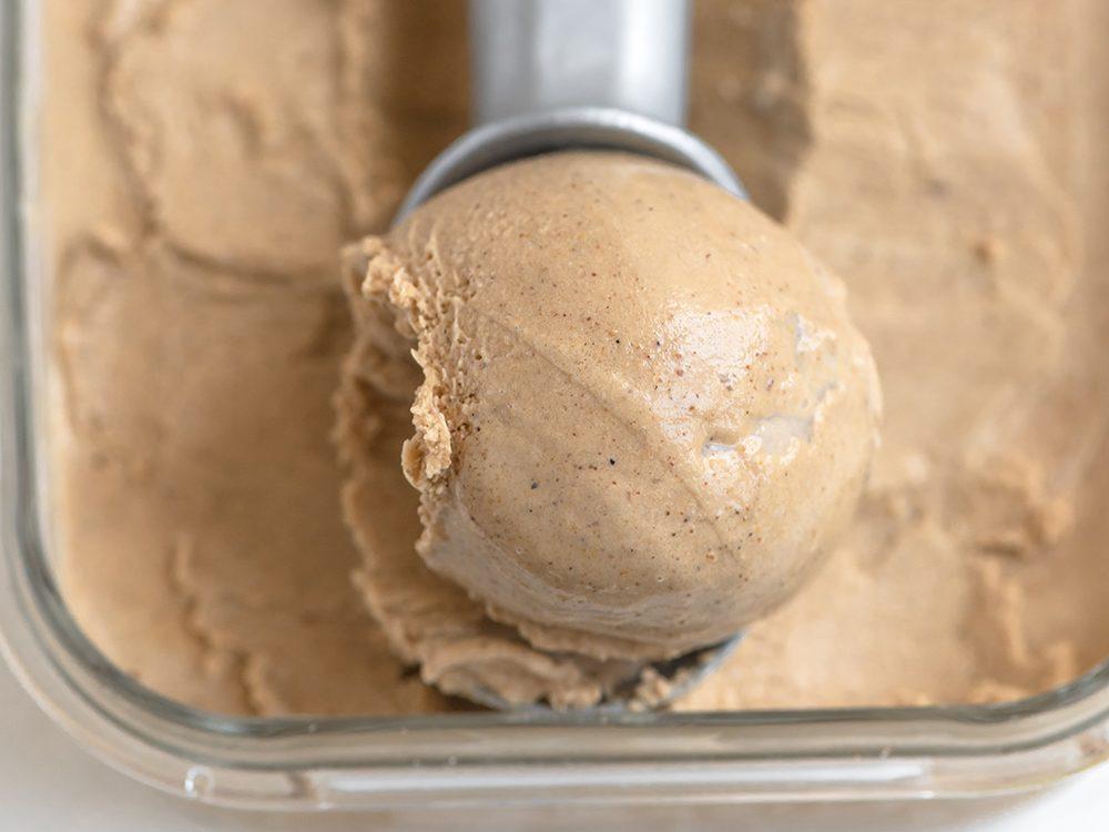 Délicieuse crème glacée végétalienne au caramel et au soya.