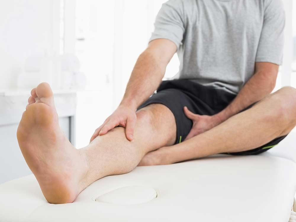 Parmi les symptômes de maladie on retrouve : faiblesse, insensibilité ou picotements dans les bras ou les jambes.