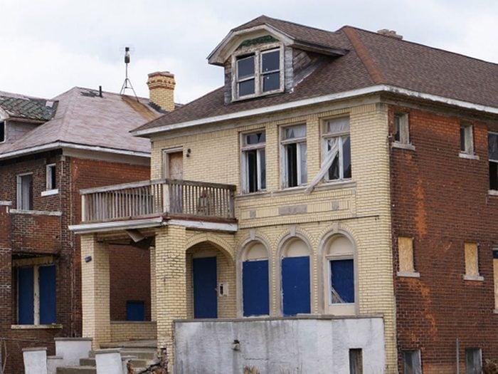 À cause de la crise, de nombreuses maisons ont été abandonnées à Détroit.