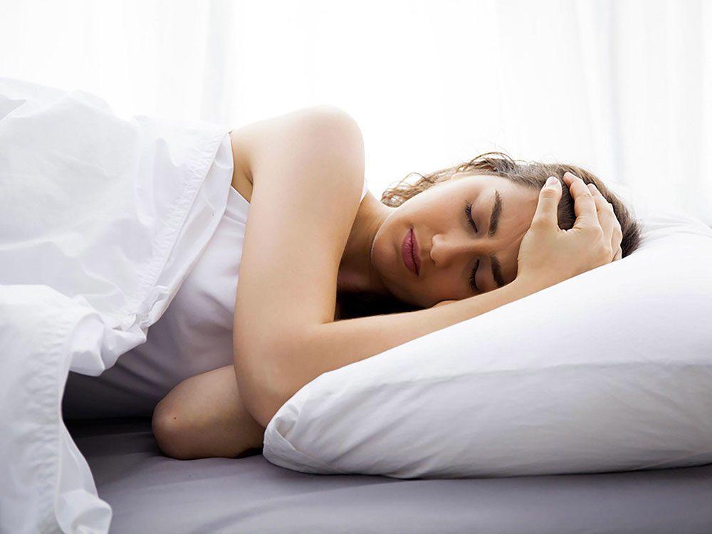 Ressentir des faiblesses ou the la léthargie peut être un symptôme qui annonce une tumeur au cerveau.