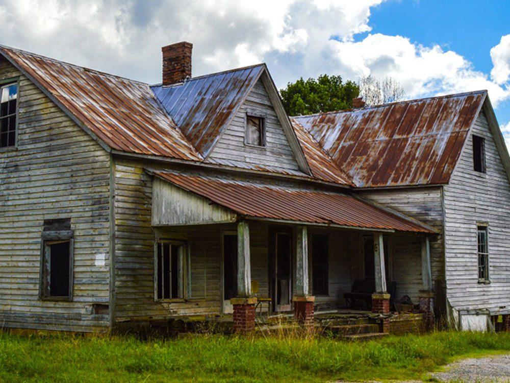 Cette ferme abandonnée toute rouillée aurait bien besoin d'être restaurée.
