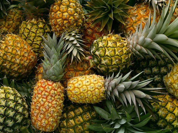 Fruits et légumes : Fruits tropicaux sans leur pelure.