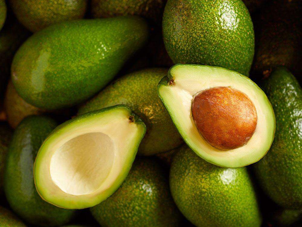 Fruits et légumes : Avocats, ail et oignons sans leur pelure.