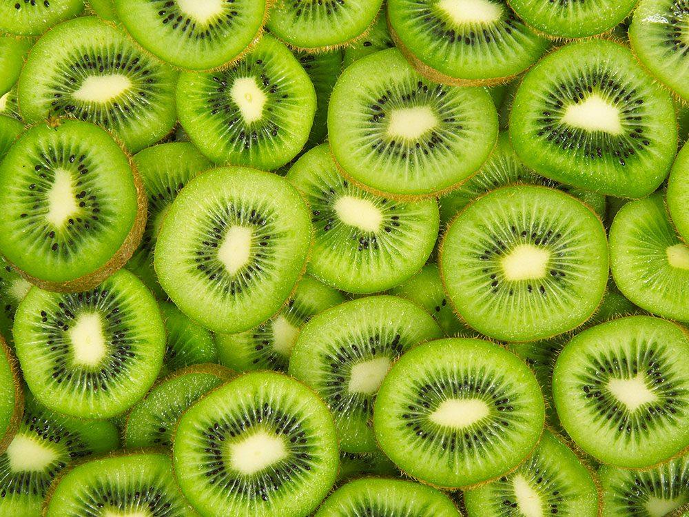 Fruit et légumes : Kiwis et concombres avec leur peau.