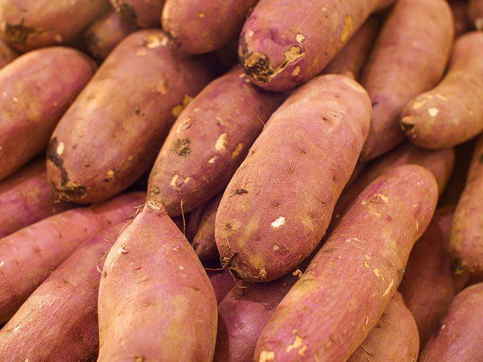 Fruits et légume s: Pommes de terre avec leur peau.