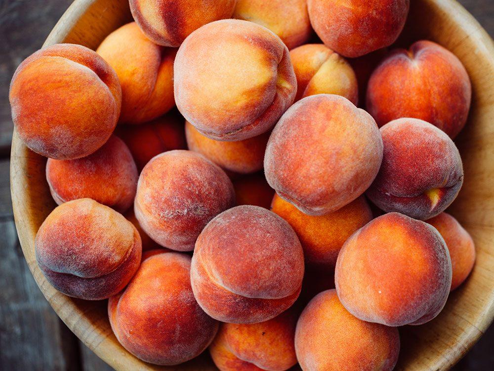 Fruits et légumes : Poires, pêches et prunes avec leur peau.