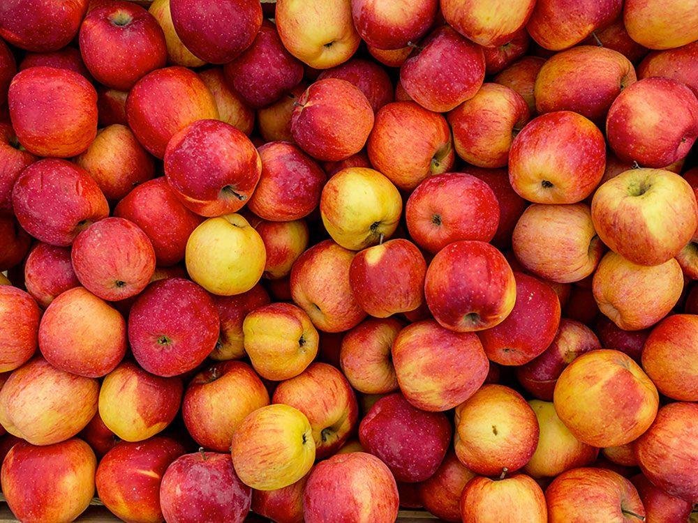 Fruits et légumes : Pommes et abricots avec leur peau .