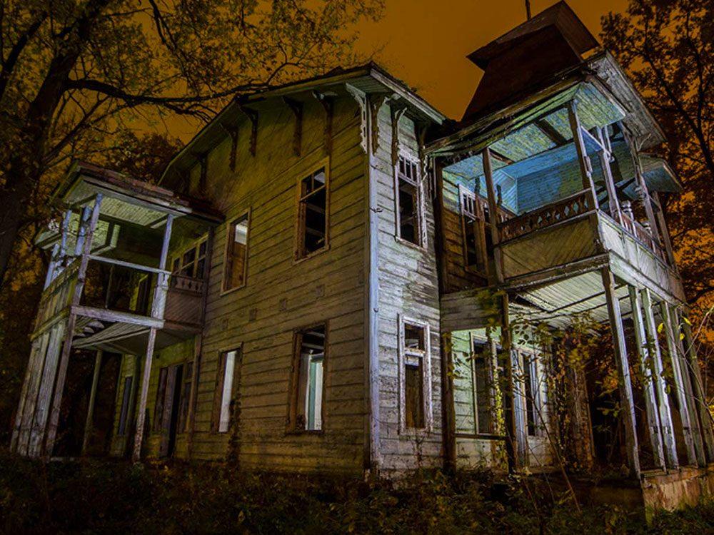 Cette maison abandonnée ressemble à une maison de film d'horreur.