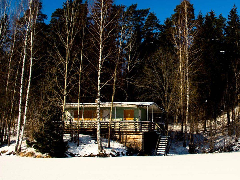 Cette maison abandonnée avec vue imprenable sur le lac aurait bien besoin d'être restaurée.