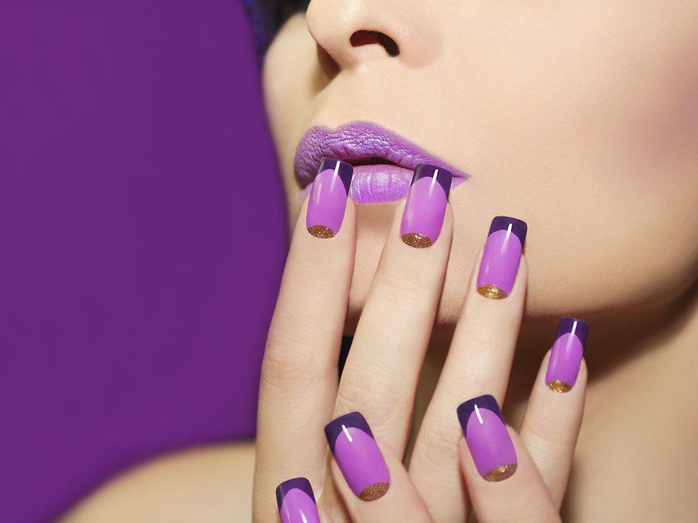 Pour vos ongles cet été : les teintes de mauve rappellent les lilas.
