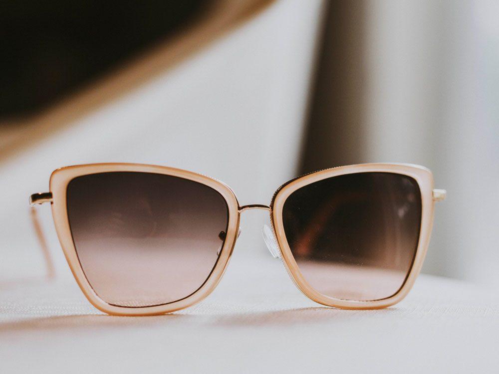 Portez d'immenses lunettes de soleil pour vous protéger contre le cancer de la peau.