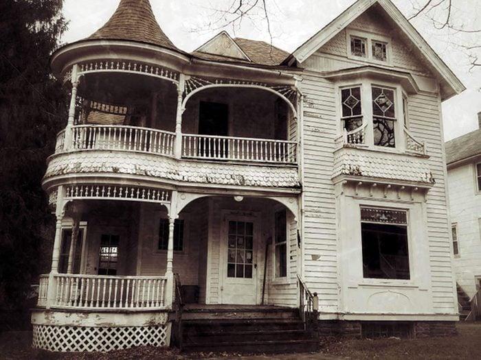 Cette maison victorienne abandonnée sera invitante quand elle sera restaurée.