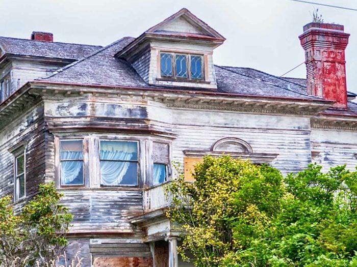 La maison de ferme abandonnée à embellir.