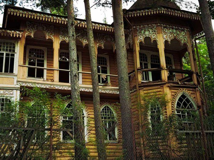 Ce manoir abandonné parmi les arbres aurait bien besoin d'être restaurée.