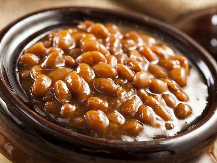 Les fèves au lard font partie des mets traditionnels Canadiens.