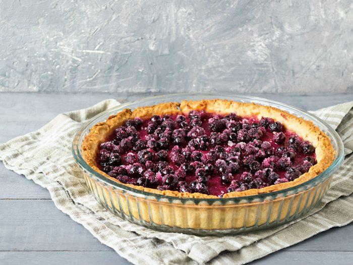 La fameuse tarte aux baies de Saskatoon est l'un des mets traditionnels Canadiens.
