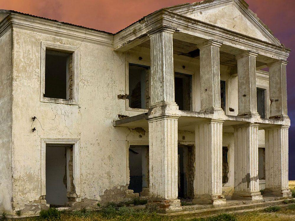 Cette maison abandonnée au style néo-grec aurait bien besoin d'être restaurée.