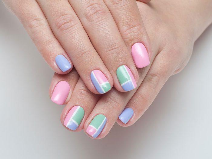 Pour vos ongles cet été essayez cette manucure en forme de cubes.
