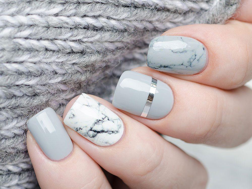 Pour vos ongles : les couleurs pâles sont aussi à l'honneur cet été.