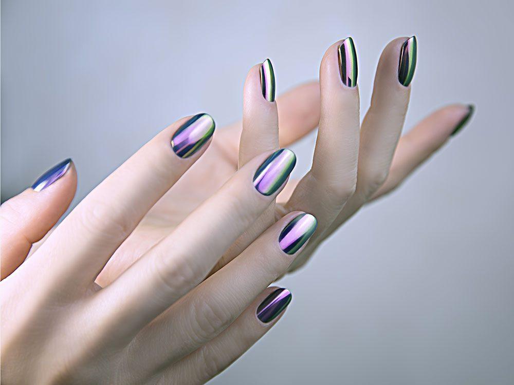 Cet été, les ongles brillants, nacrés et métalliques vous donneront du style.