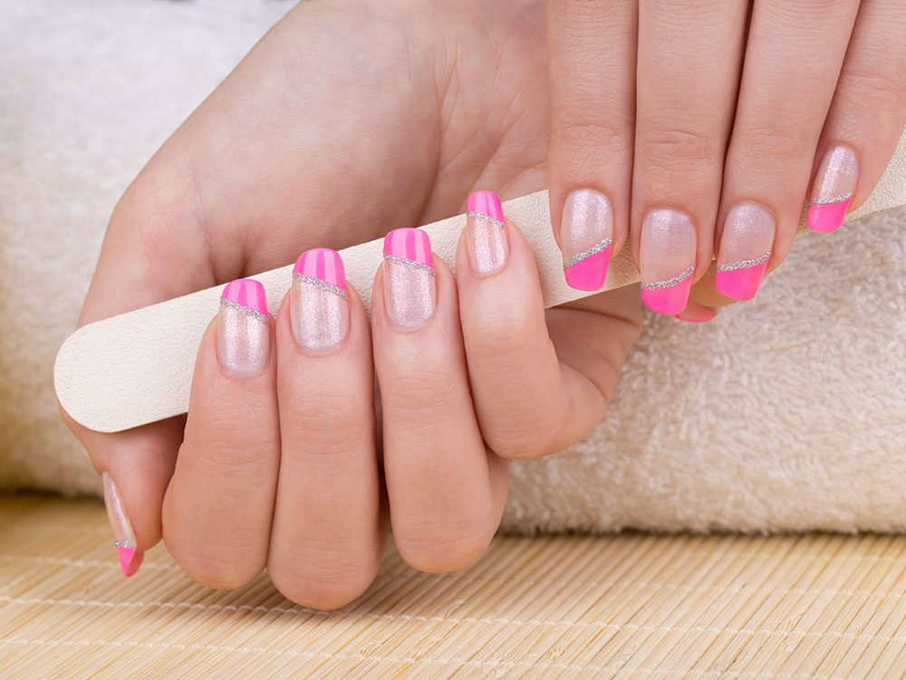 Pour vos ongles cet été testez cette manucure aux motifs obliques.