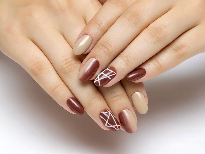 Pour vos ongles cet été, essayez cette manucure toute en lignes.