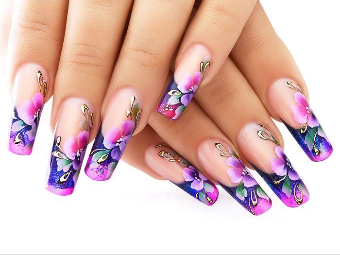 Pour vos ongles cet été, testez cette manucure aux inspirations florales.