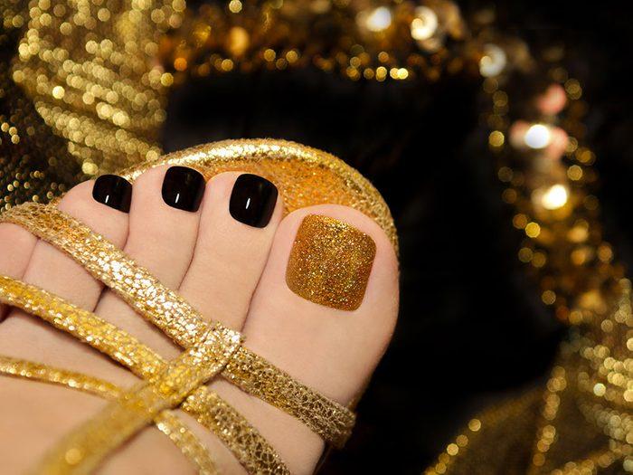 Ongles pour cet été : osez les pieds dorés.